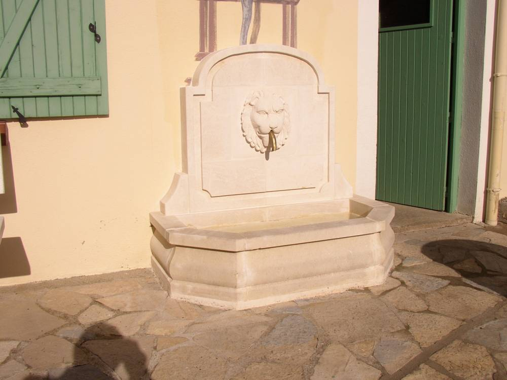 Monteils fontaine murale en pierre d 39 estaillade finition for Fontaine murale d interieur