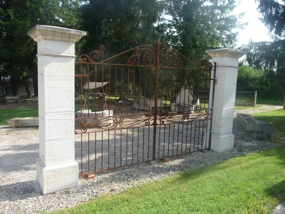 piliers de portail en pierre chemin e en pierre saint. Black Bedroom Furniture Sets. Home Design Ideas