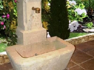FONTAINE MURALE EN PIERRE DE DORDOGNE VIEILLIE. 1 SORTIE D'EAU