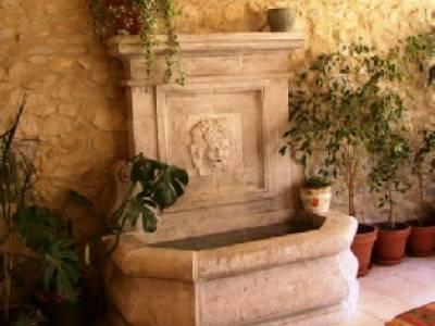 Fontaine murale en pierre de d'Estaillade finition vieillie. 1 sortie d'eau