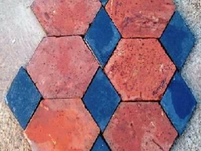 Sols anciens - terre cuite hexagonale et cabochon en ardoise neuve vieillie. Possibilité de reproduire le même sol dans d'autres couleurs de tomettes.