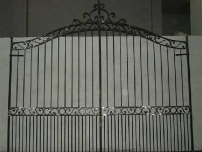 Tous nos portails sont réalisés en fer plein. La largeur standard étant de 350.Nous pouvons réaliser à la demande sur mesure selon vos besoins.