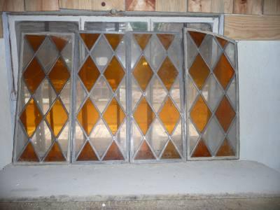 Ensemble de panneaux de vitraux anciens.