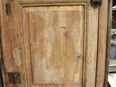 Petit porte de placard en bois blanc.
