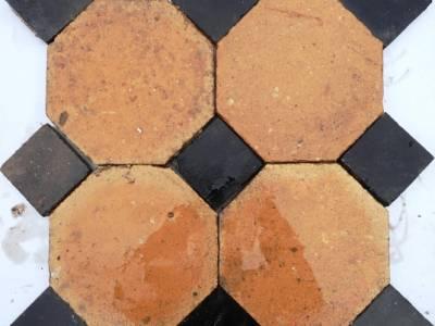 Dallage octogonale en terre cuite. N'hésitez pas à nous contacter si vous souhaitez connaitre nos disponibilité dans ce domaine.