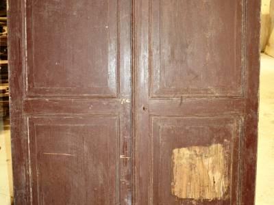Porte double de placard en bois blanc.
