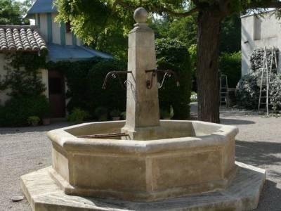 FONTAINE CENTRALE EN PIERRE DE MASSANGIS-
