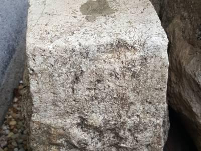 PETITS DÉS ANCIEN EN PIERRE