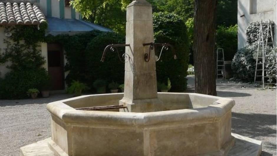 Fontaine centrale en pierre de Massangis- | Vestiges de France ...