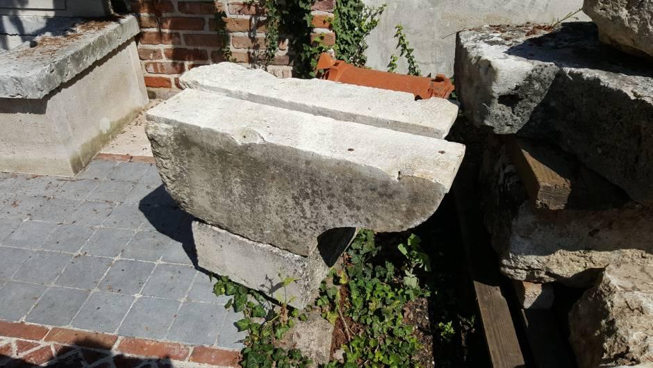 CORBEAUX ANCIENS EN PIERRE - COR-218